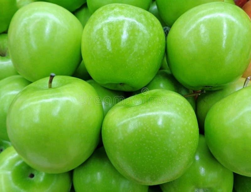 Geschlossen herauf Haufen von klaren Farbgrün-Äpfeln stockbild