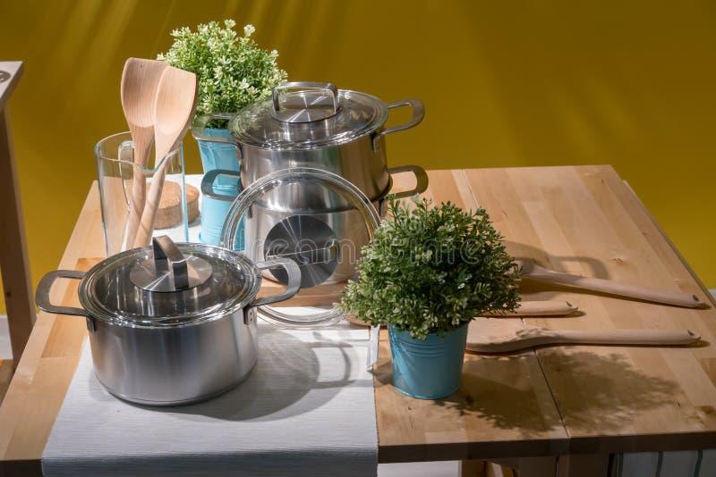 Geschlossen herauf Küchengeschirr auf hölzernem Inselküchenwarenkorb für Hauptdes stockfotos