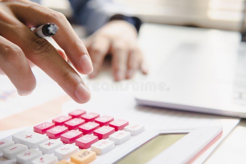 Geschlossen herauf Mann berechnen Sie über Finanzbericht lizenzfreie stockfotografie