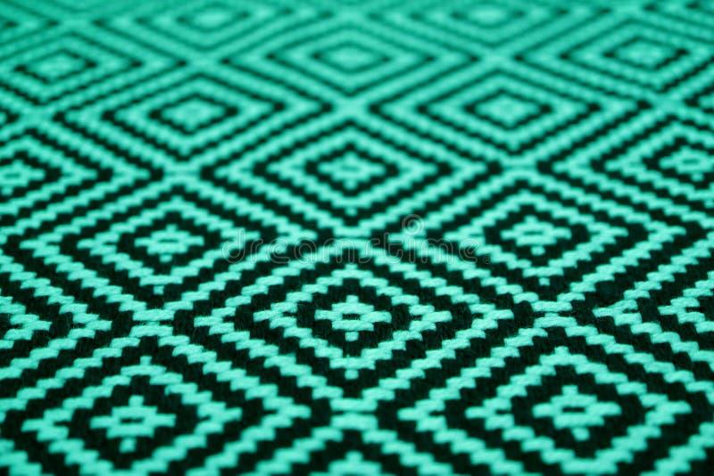 Geschlossen herauf schönes Minzengrün und schwarzes farbiges ethnisches Mustergewebe lizenzfreie stockfotografie