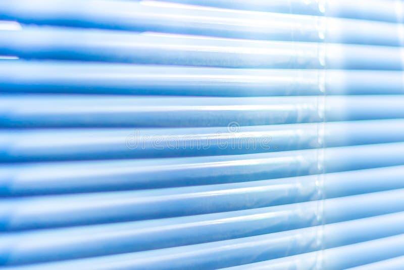 Geschlossene blaue Fensterläden, Makroschuß Jalousiehintergrund Sonnenlicht durch horizontale Vorhänge stockfotos