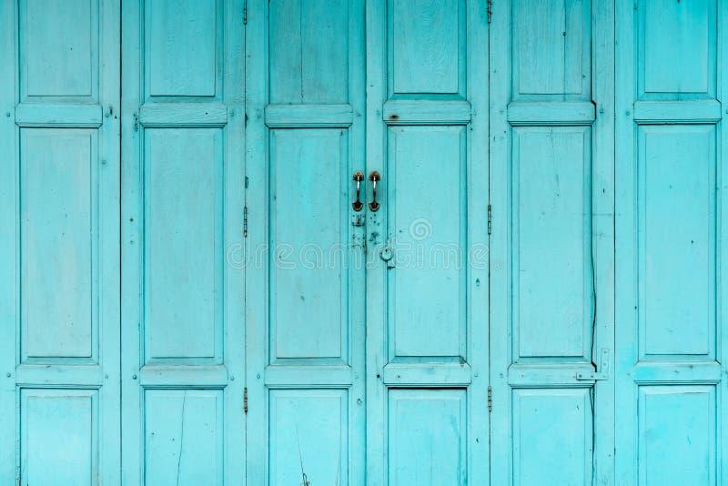 Geschlossene grüne oder blaue Holztür Weinlesehaustür-Zusammenfassungshintergrund Verlassenes altes Haus Alte hölzerne Türbeschaf lizenzfreie stockbilder