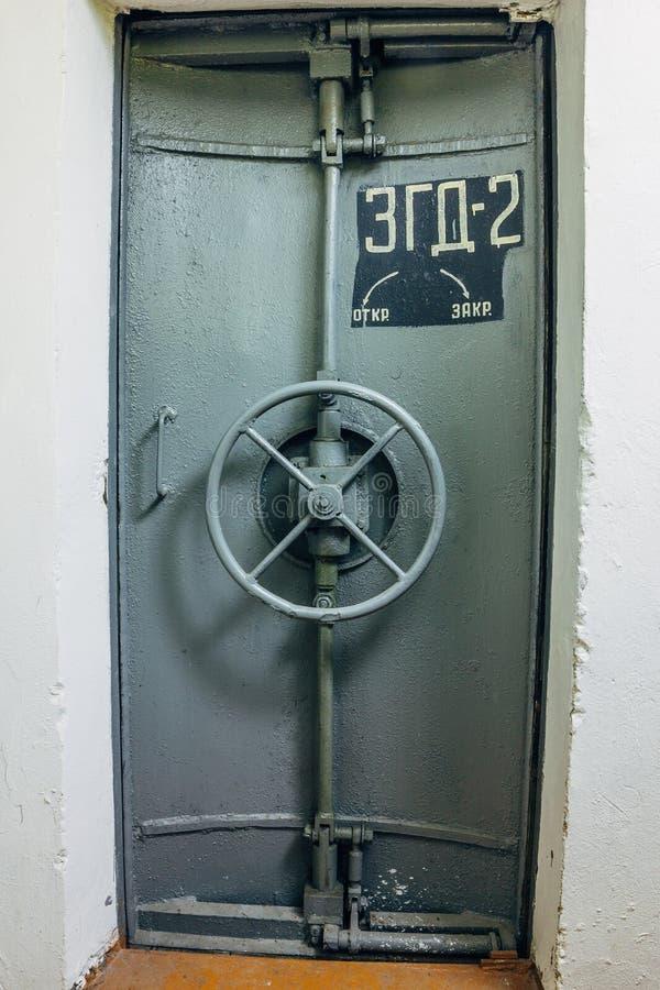 Geschlossene hermetische Tür eines verlassenen sowjetischen Luftschutzbunkers, ein Echo des kalten Krieges, Voronezh, Russland stockfotos