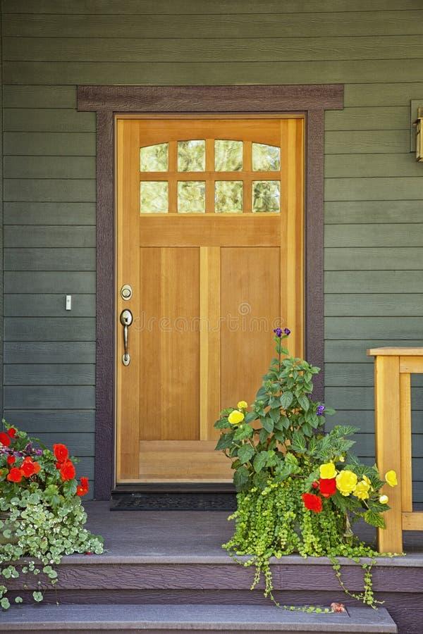 Geschlossene Holztür eines Hauses lizenzfreie stockfotografie