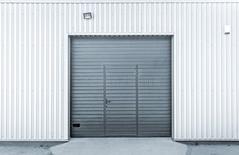 Geschlossene moderne Garagen- oder Lagertüren stockfoto