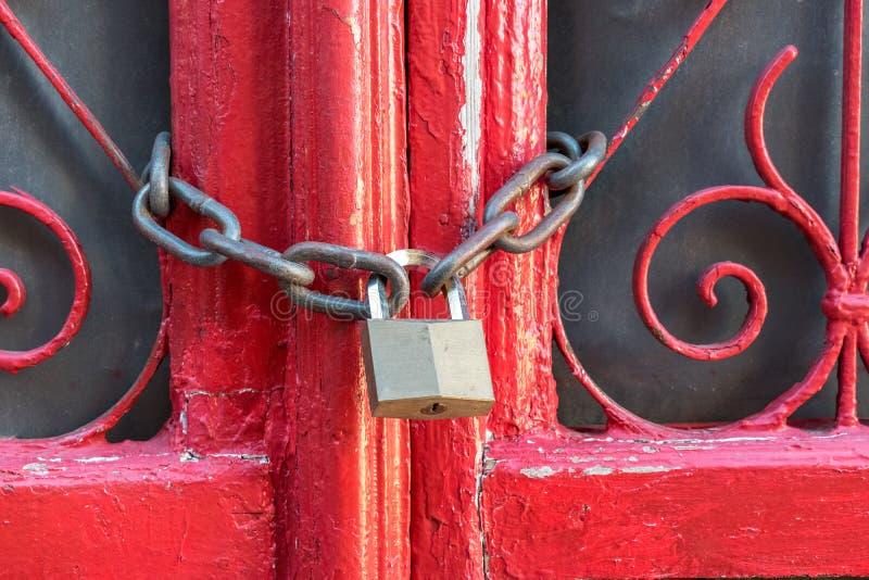 Geschlossene rote Türen mit alter Kette stockfoto