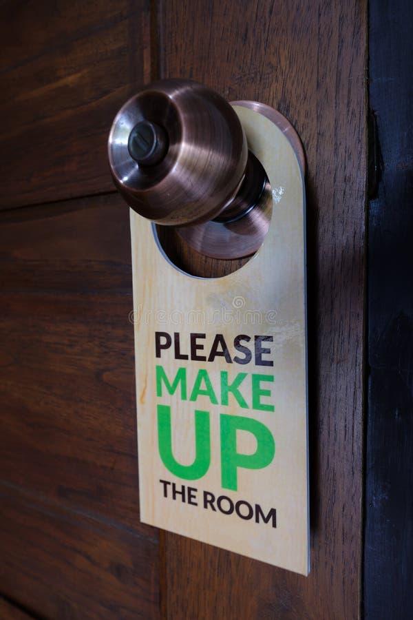 Geschlossene Tür des Hotelzimmers mit bitte bilden den Raum lizenzfreies stockbild