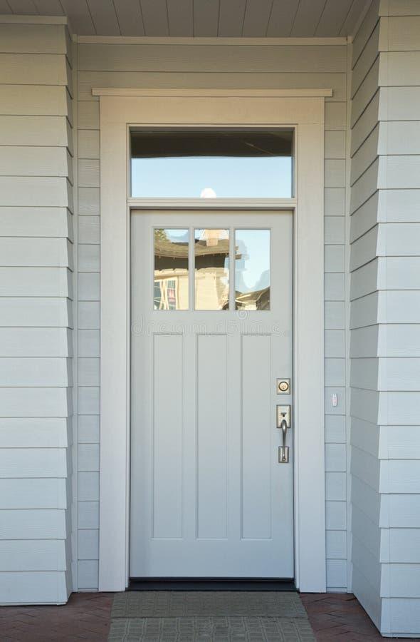 Weiße Haustür geschlossene weiße haustür stockfoto bild türknauf 34794554