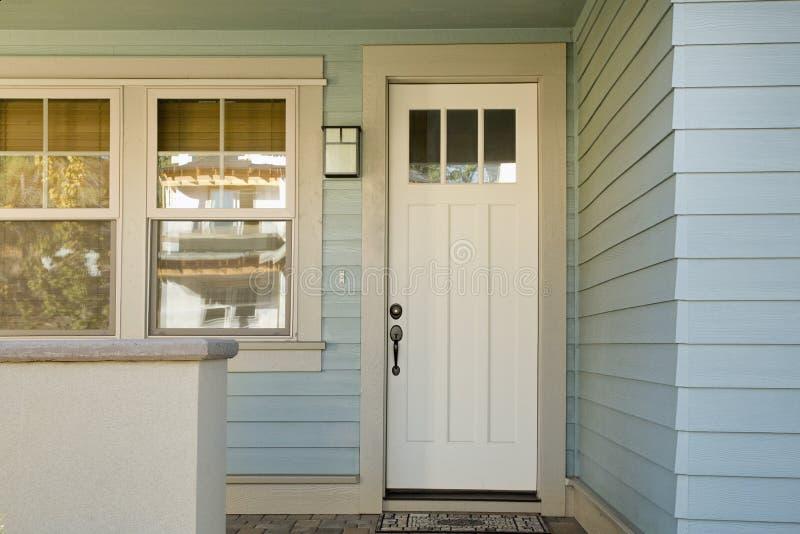 Geschlossene weiße Tür eines Hauses lizenzfreie stockfotos