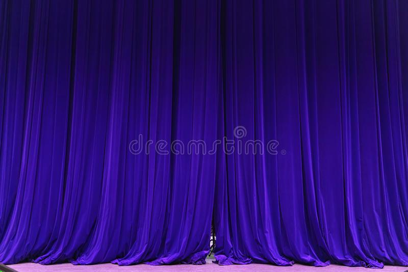 Geschlossener blauer Vorhanghintergrund-Scheinwerferstrahl belichtete Theatrical drapiert lizenzfreie stockbilder