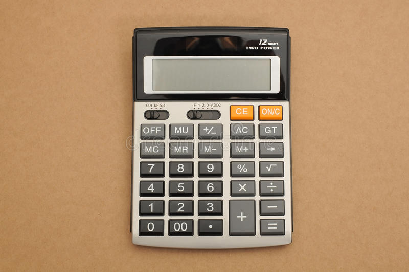 Geschlossener-oben Taschenrechner auf braunem Hintergrund lizenzfreie stockfotografie