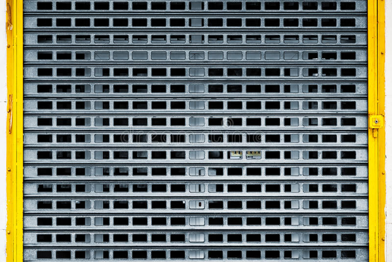 Geschlossener Schmutz-metallische Tür lizenzfreie stockbilder