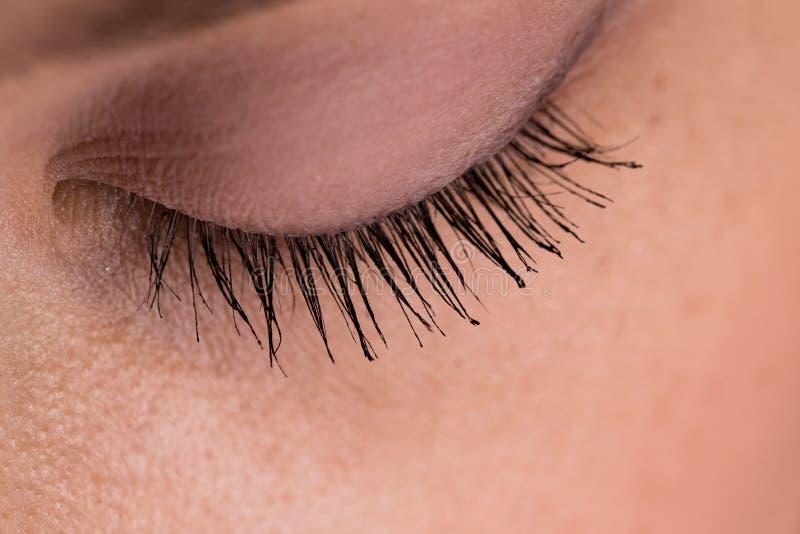 Geschlossenes Auge mit farbiger Peitschennahaufnahme lizenzfreies stockbild