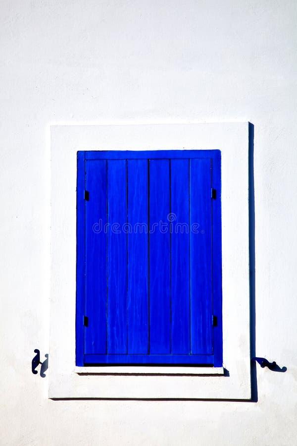 Geschlossenes blaues Fenster auf einer weißen Wand in der cycladic Art lizenzfreie stockbilder