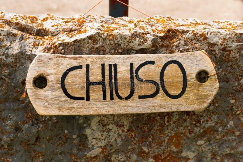 Geschlossenes Chiuso - unterzeichnen Sie herein italienischsprachiges stockbild