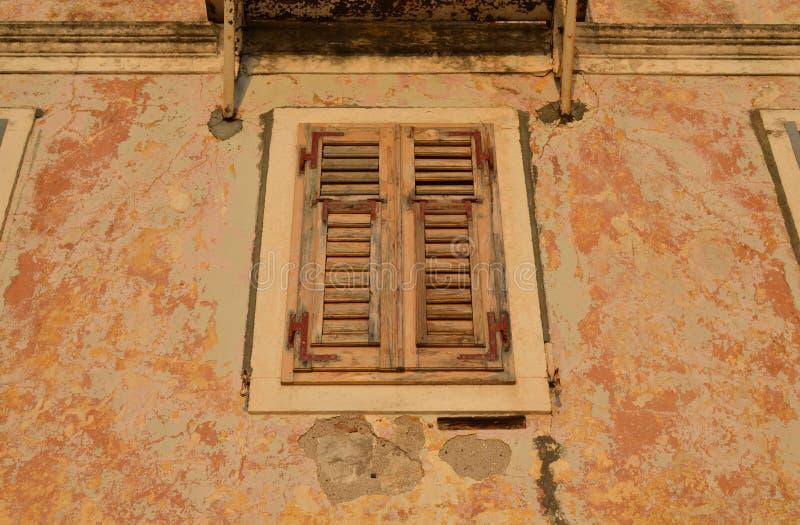 Geschlossenes Fenster mit hölzernem Jalousie stockfotografie