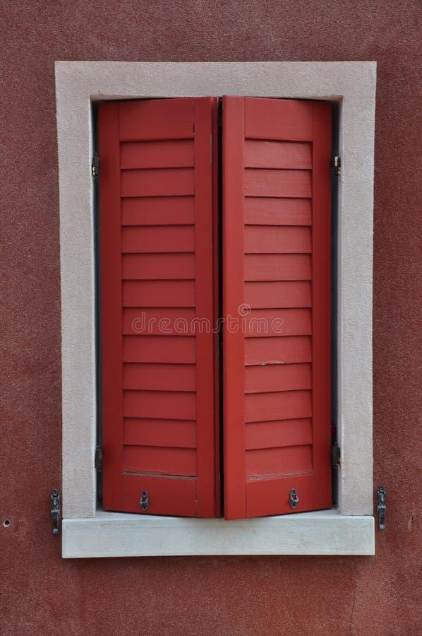 Geschlossenes Fenster mit rotem Fensterladen stockfotografie