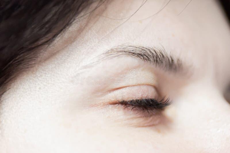 Geschlossenes Frauenauge mit der langen Wimper stockfoto