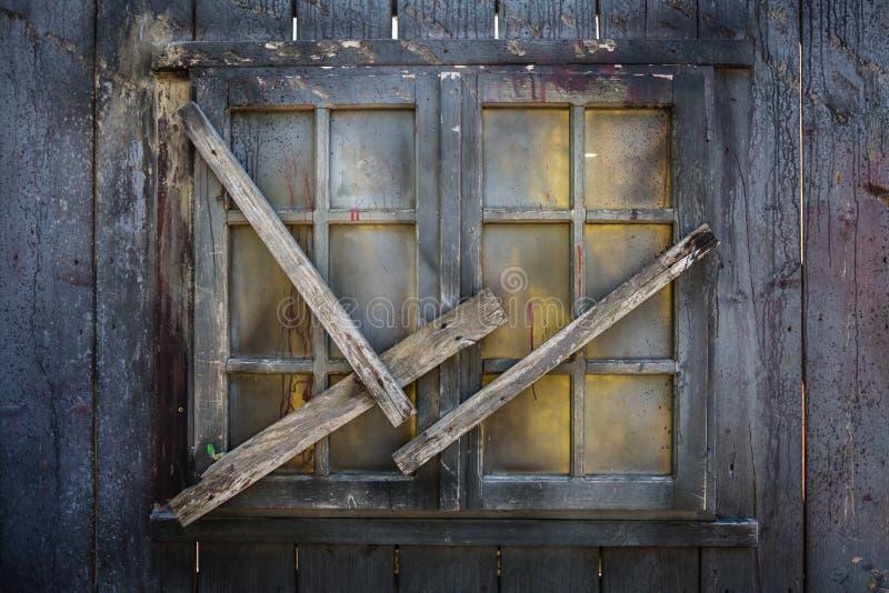 Geschlossenes hölzernes Fenster abgehalten mit hölzernen Planken stockbild