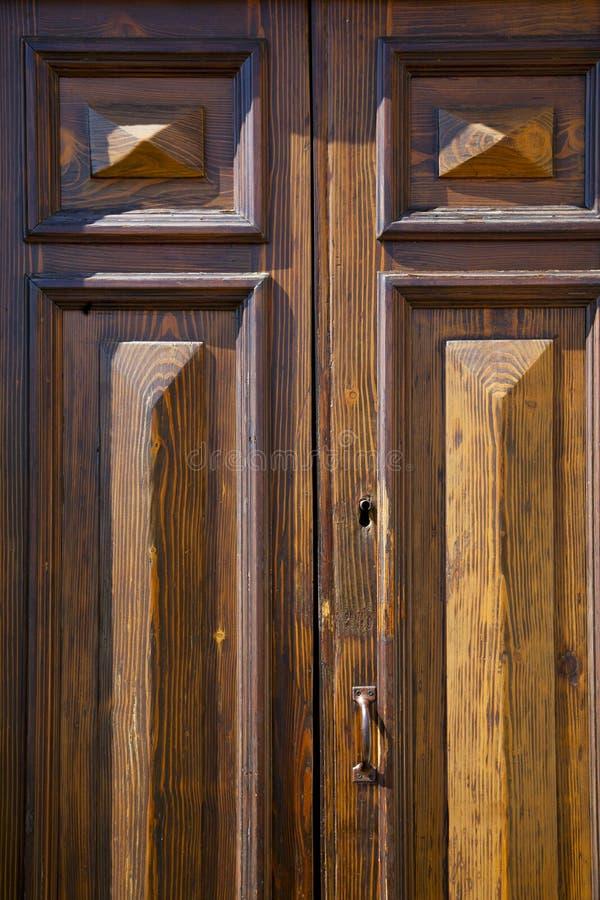 geschlossenes hölzernes sumirago Türvareses Italien sonniger Tag stockbild