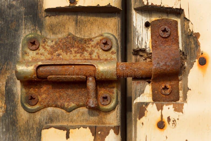 Geschlossenes rostiges auf einer Holztür lizenzfreies stockbild