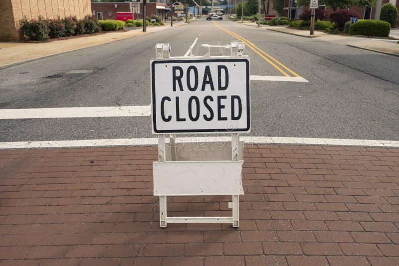 Geschlossenes Zeichen der Straße auf einer Stadtstraße stockfotografie