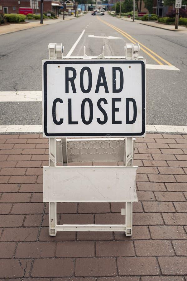 Geschlossenes Zeichen der Straße auf einer Stadtstraße stockbild