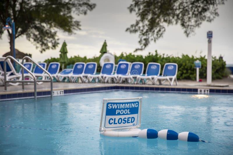 Geschlossenes Zeichen des Swimmingpools lizenzfreie stockfotografie