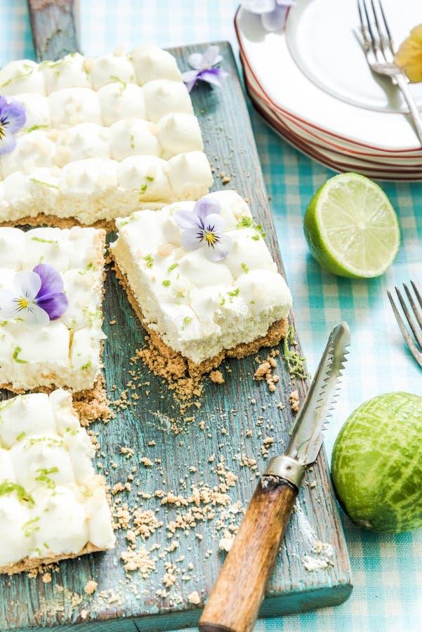 Geschmack des Sommers, Torte der echten Limette mit Blumen stockfotografie