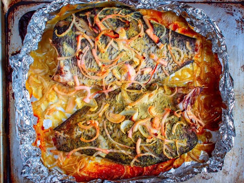 Geschmackvoll gebackener Fisch in Folie auf dem Tisch Oberansicht stockfotografie