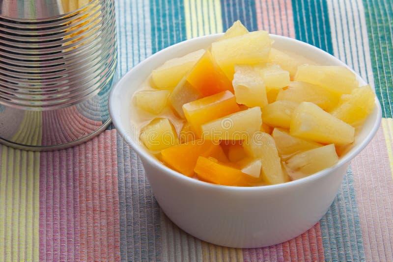 Geschmackvoll reife appetitanregende Mango auf dem Tisch lizenzfreie stockfotografie