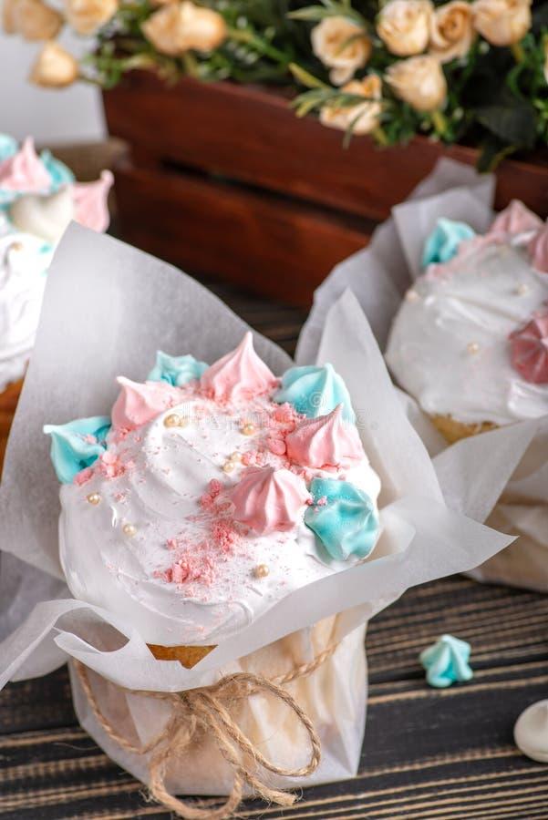 Geschmackvoll verzieren Sie Ostern-Kuchen liegen auf n ein weißer Holztisch lizenzfreies stockbild