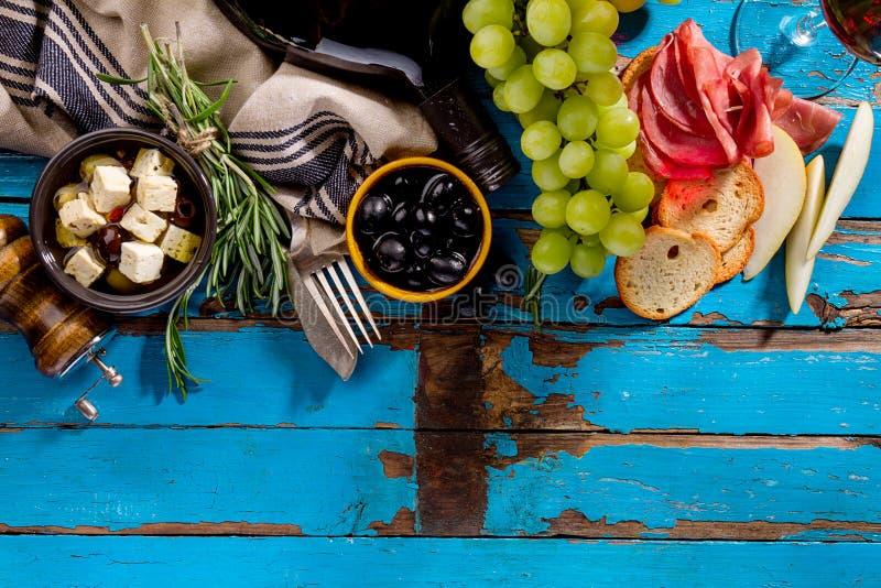 Geschmackvolle appetitanregende italienische griechische Lebensmittelinhaltsstoffe Mittelmeerwi stockbilder