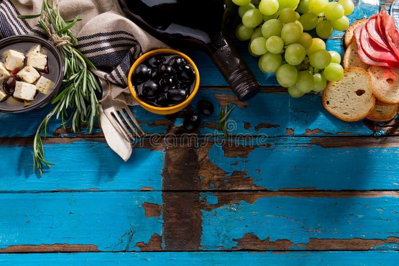 Geschmackvolle appetitanregende italienische griechische Lebensmittelinhaltsstoffe Mittelmeerwi lizenzfreie stockfotos