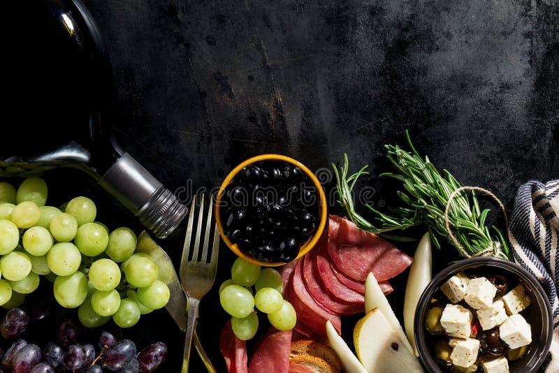 Geschmackvolle appetitanregende italienische Mittelmeerlebensmittelinhaltsstoff-Ebenen-Lage stockbild