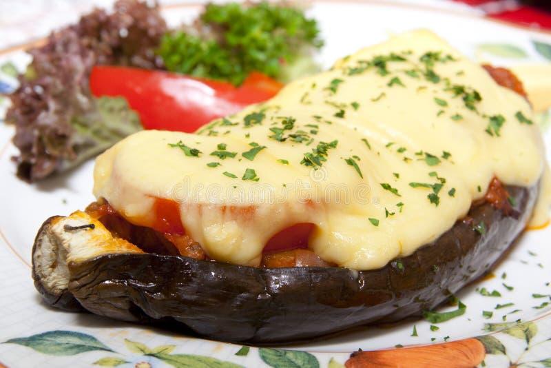 Geschmackvolle Aubergine angefüllt mit Tomaten und Käse lizenzfreies stockfoto