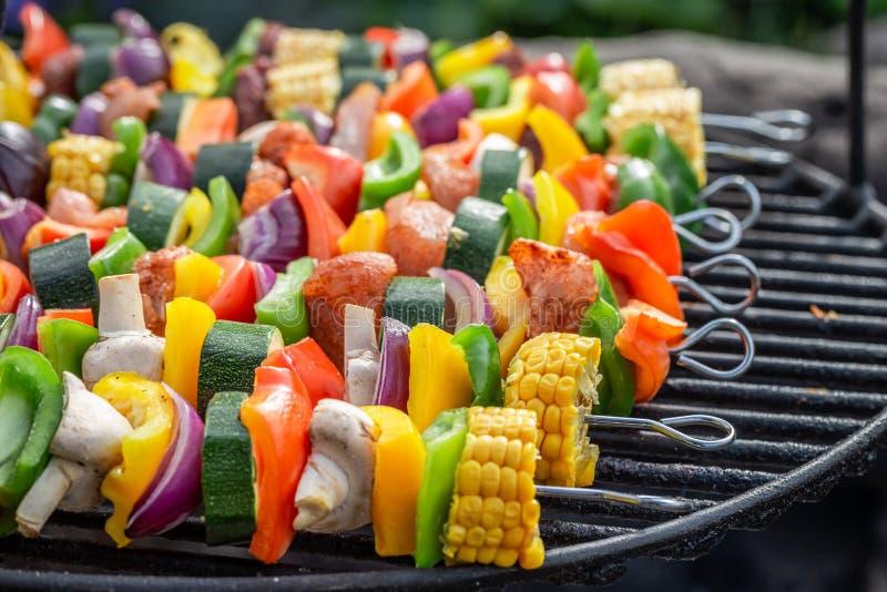 Geschmackvolle Aufsteckspindeln auf Grill mit Gem?se und Fleisch im Sommer stockfoto