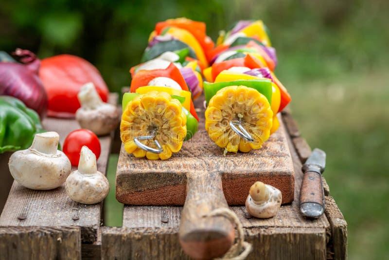 Geschmackvolle Aufsteckspindeln mit Gem?se und Fleisch im Sommer lizenzfreie stockbilder