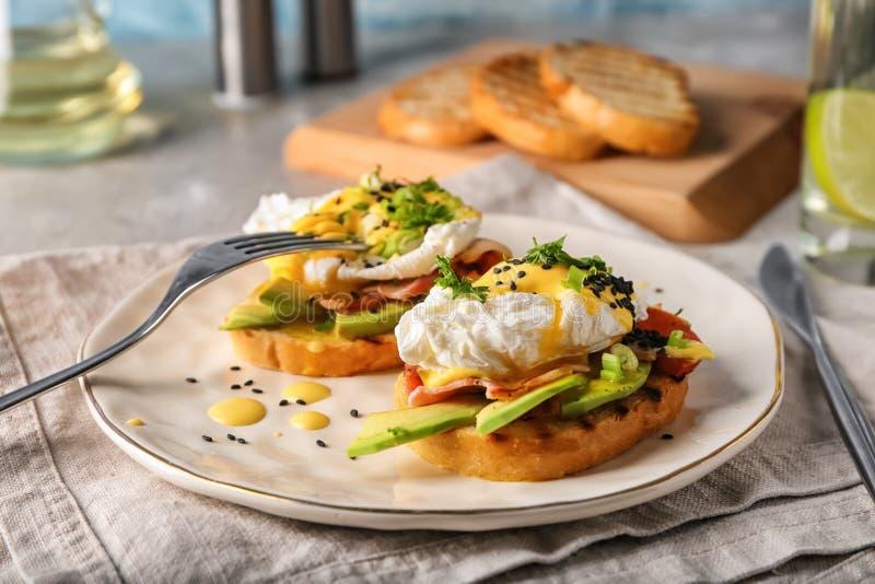 Geschmackvolle Eier Benedict auf Platte stockbild