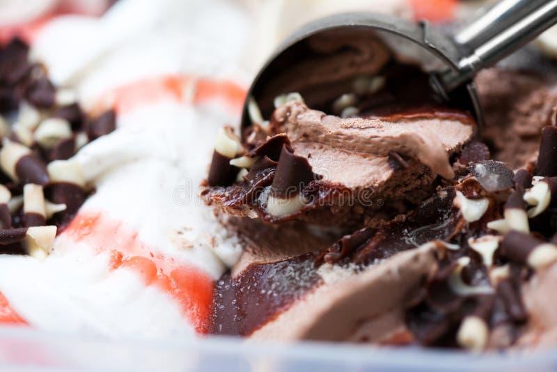 Geschmackvolle Eiscreme mit Schokolade stockfotografie
