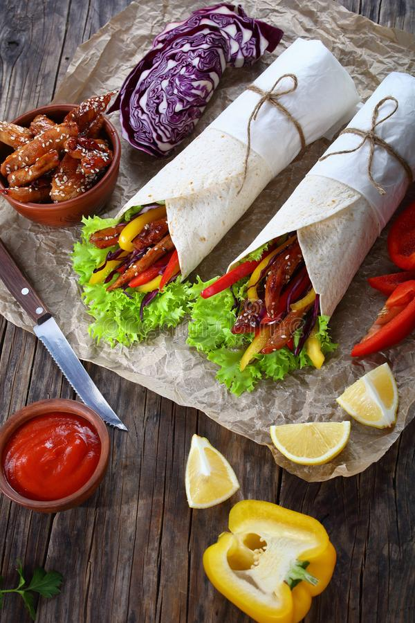 Geschmackvolle Flatbread shawarma Verpackungen und Bestandteile stockfoto