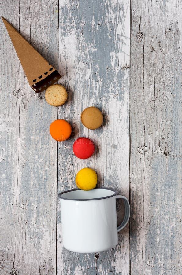 Geschmackvolle französische macarons auf einem Holztisch lizenzfreie stockfotos
