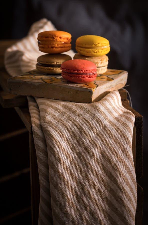 Geschmackvolle französische macarons auf einem Holztisch lizenzfreies stockfoto
