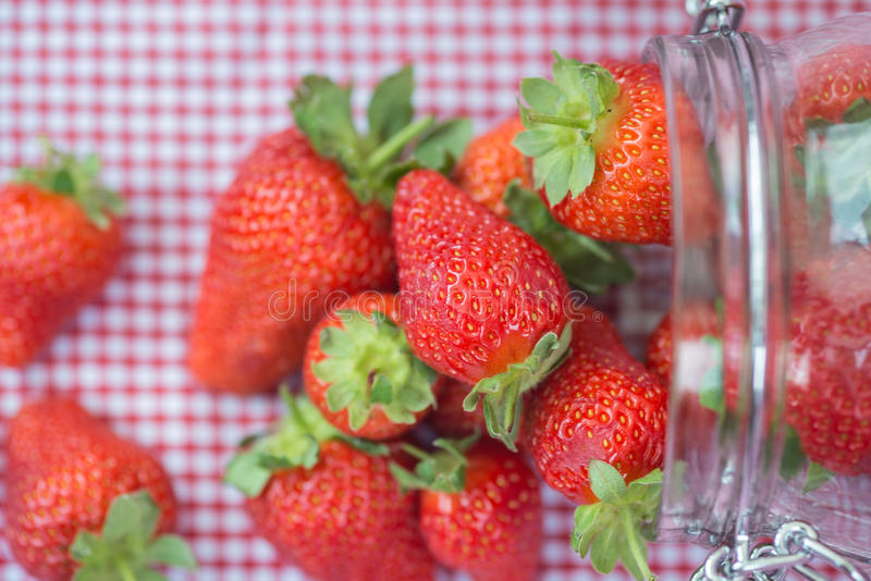 Geschmackvolle frische Erdbeeren im Glasspeicherglas stockfotografie