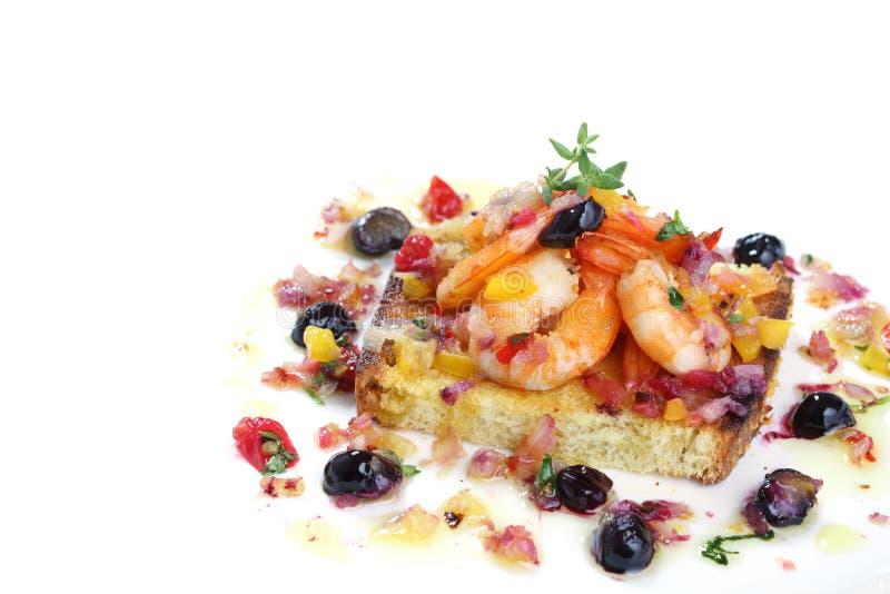 Geschmackvolle gebratene Garnelen mit den Beeren lokalisiert stockfotos
