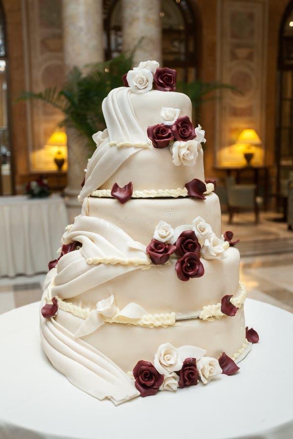 Geschmackvolle Hochzeitstorte stockfotografie