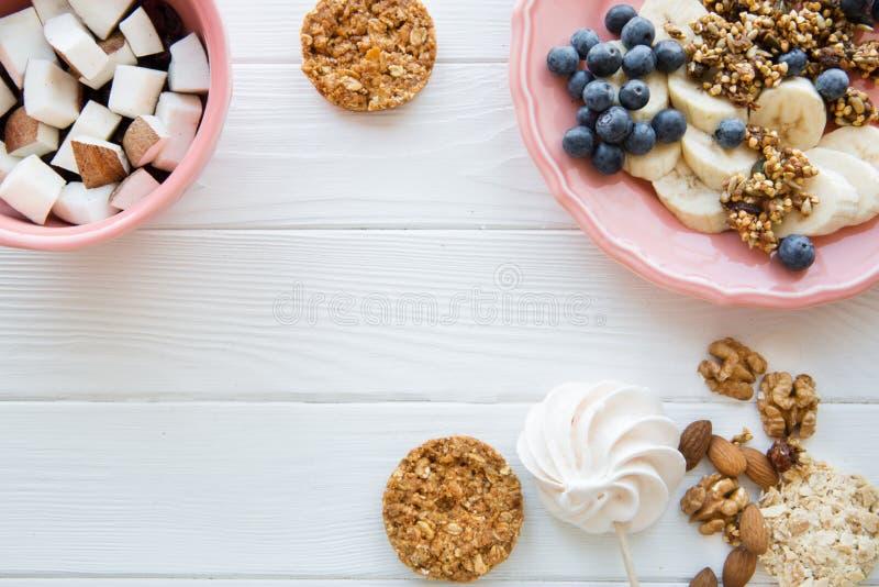 Geschmackvolle Imbisse auf weißer Tabelle, verschiedene Arten von Früchten und Plätzchen, Kopienraum lizenzfreie stockfotos