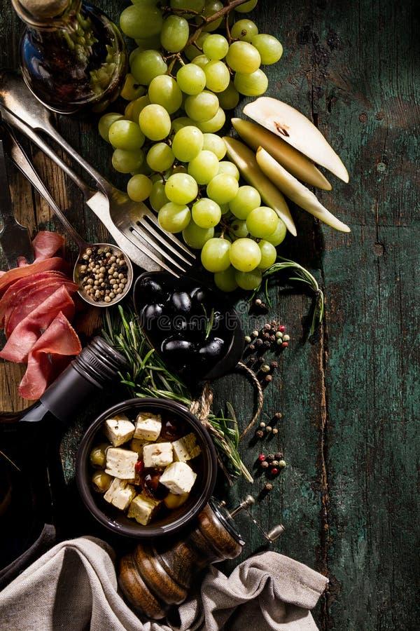 Geschmackvolle italienische griechische Mittelmeerlebensmittelinhaltsstoff-Draufsicht über G stockfotos