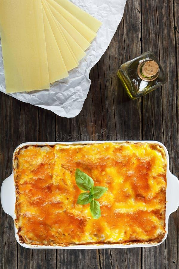 Geschmackvolle italienische Lasagne in der Backform lizenzfreie stockbilder