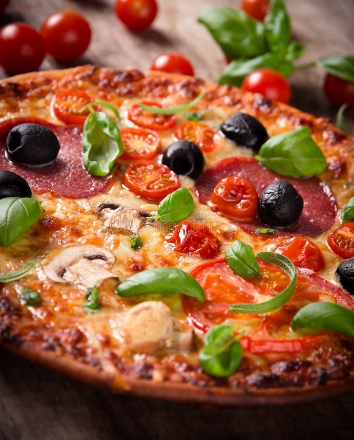 Geschmackvolle italienische Pizza lizenzfreies stockbild